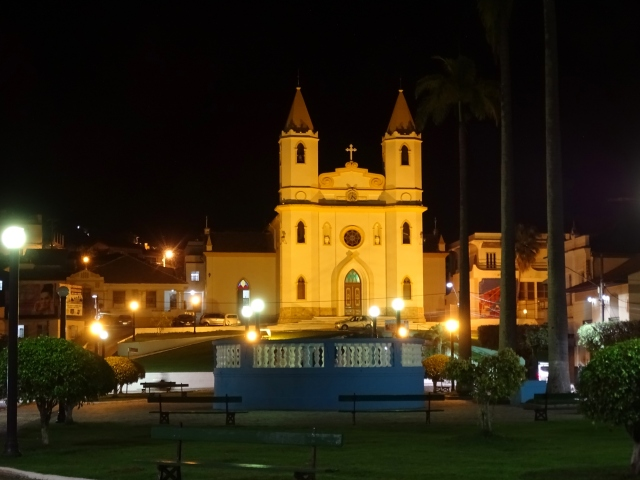 Vista noturna da Igreja Matriz de Miracema (foto do autor).