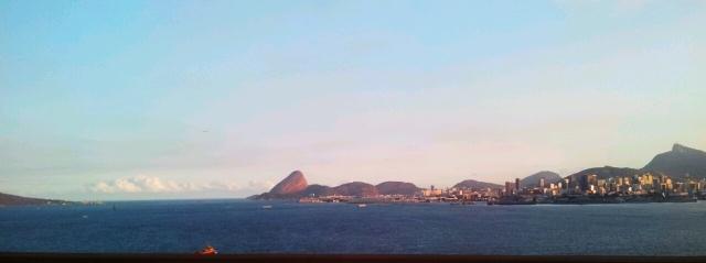 Baía da Guanabara vista a partir da Ponte, com o Pão de Açúcar ao fundo (foto do autor).