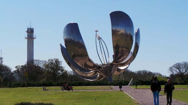 Floralis genérica, escultura doada à cidade de Buenos Aires pelo arquiteto Eduardo Catalano (foto do autor).