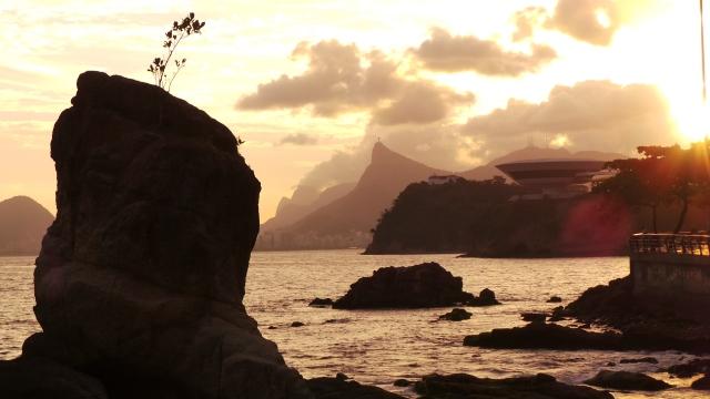 Outra vista do MAC, agora com a Pedra de Itapuca em destaque à esquerda.
