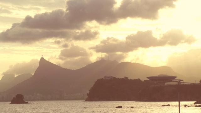 MAC e Ilha da Boa Viagem, com as montanhas do Rio de Janeiro ao fundo.