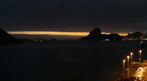 A noite descendo sobre a Baía de Guanabara (foto do autor).