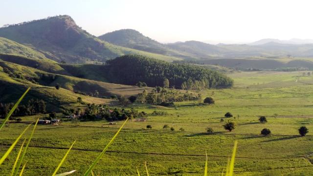 Vista do vale de Venda das Flores, Miracema-RJ, no fim da tarde de segunda-feira (foto do autor).