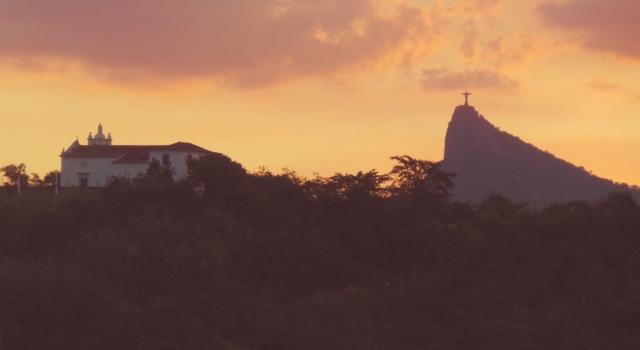 Pôr do sol tem Niterói, com a Ilha da Boa Viagem e o Corcovado.