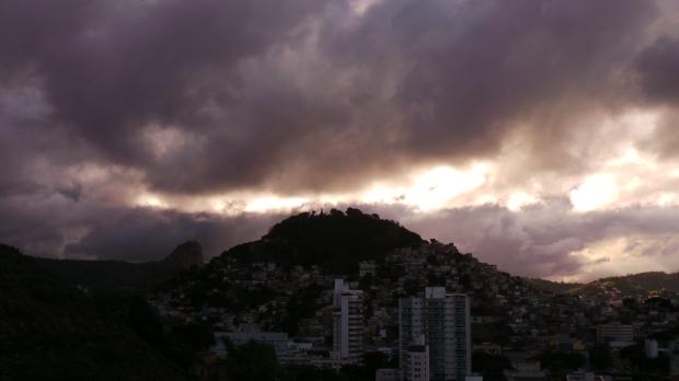 Crepúsculo em Vitória-ES carregado de nuvens.