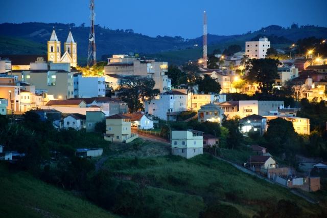 Vista noturna do centro de Cunha, a partir do Ateliê Gaia (foto do autor).