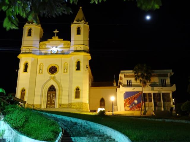 A Matriz de Santo Antônio, em Miracema, com a lua cheia ao fundo (foto do autor).